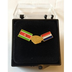 Alfileres (pins) con la bandera de Holanda y Suriname.